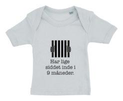 Baby t-shirt har lige siddet inde i 9 mdr blaa