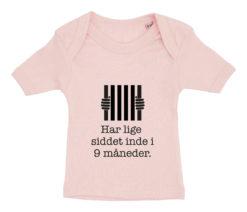 Baby t-shirt har lige siddet inde i 9 mdr lyseroed
