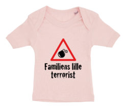 Baby t-shirt Familiens lille terrorist 2020 lyseroed