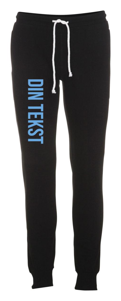 Joggingbukser med din tekst blaa skrift sort