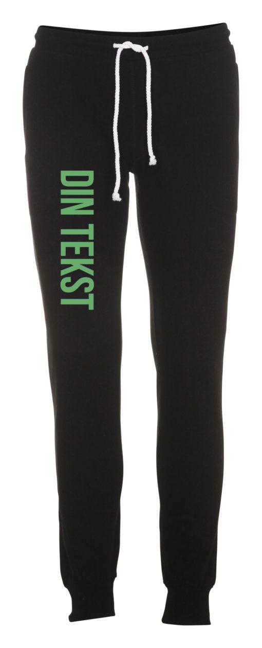 Joggingbukser med din tekst groen skrift sort