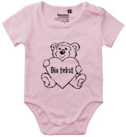 oekologisk baby bodystocking din tekst i bamse pink