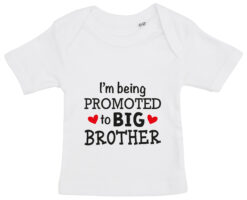 baby t-shirt i'm being promoted to big brother hvid