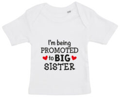 baby t-shirt i'm being promoted to big sister hvid