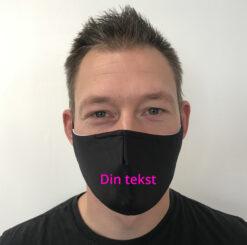 sort mundbind med din tekst pink centreret