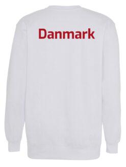 Crewneek Hvid med roed tekst Danmark scaled e1621943981405