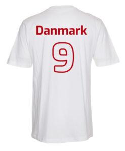 T shirts Hvid med roed tekst Danmark scaled e1622098599568